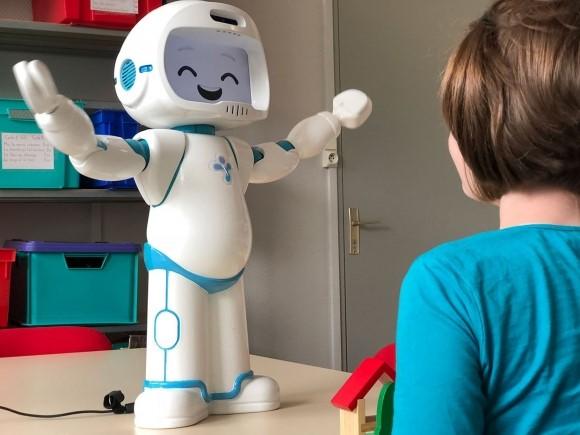 Mosolygó robottal az autista gyerekekért